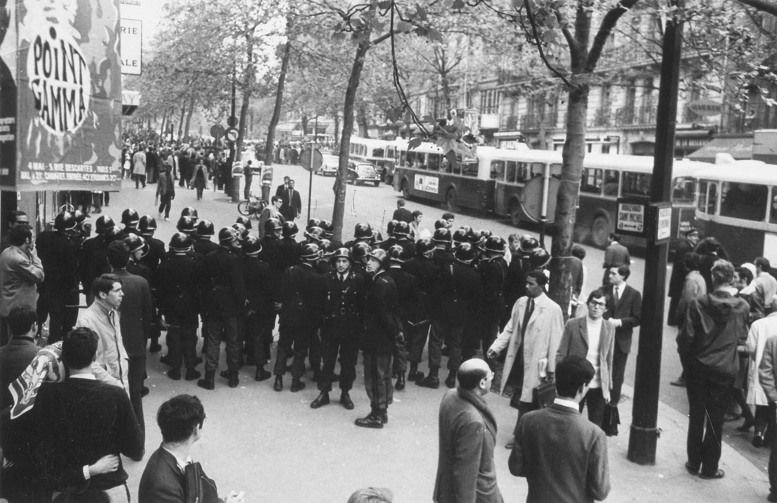 Полиция и демонстранты на бульваре Сен-Мишель