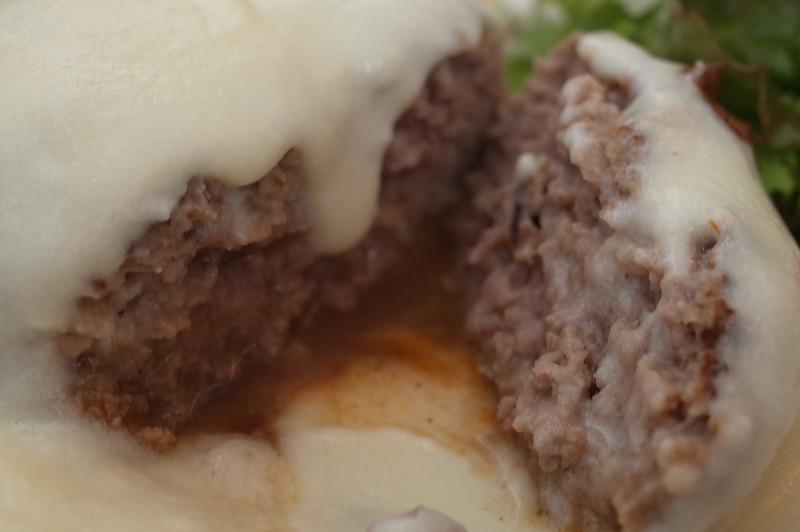 銀座一丁目肉バルバーグマンマッシュチーズ デミグラスソースの中身