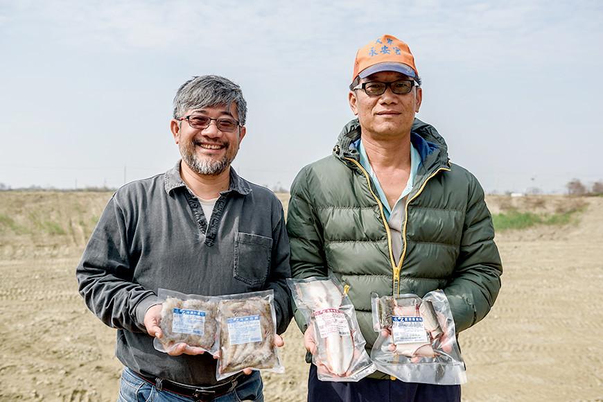 邱經堯(左)和弟弟邱健程曾經歷金融風暴與823暴雨等挑戰,依然堅持用與環境共好的方式供應社員安心的魚蝦,並發展出一系列全食物利用產品。