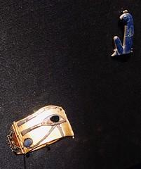 Bracelet en or représentant l'oeil oudjat avec incrustations en lapis-lazuli et obsidienne, et Amulette d'Horus en or et lapis-lazuli, 1336-1326 av. J.-C.