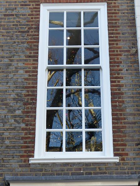 sapin de noel à travers la fenêtre