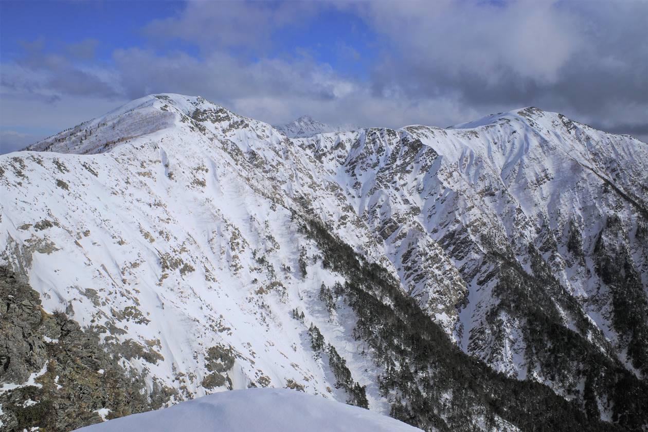 烏帽子岳~小河内岳の雪の稜線