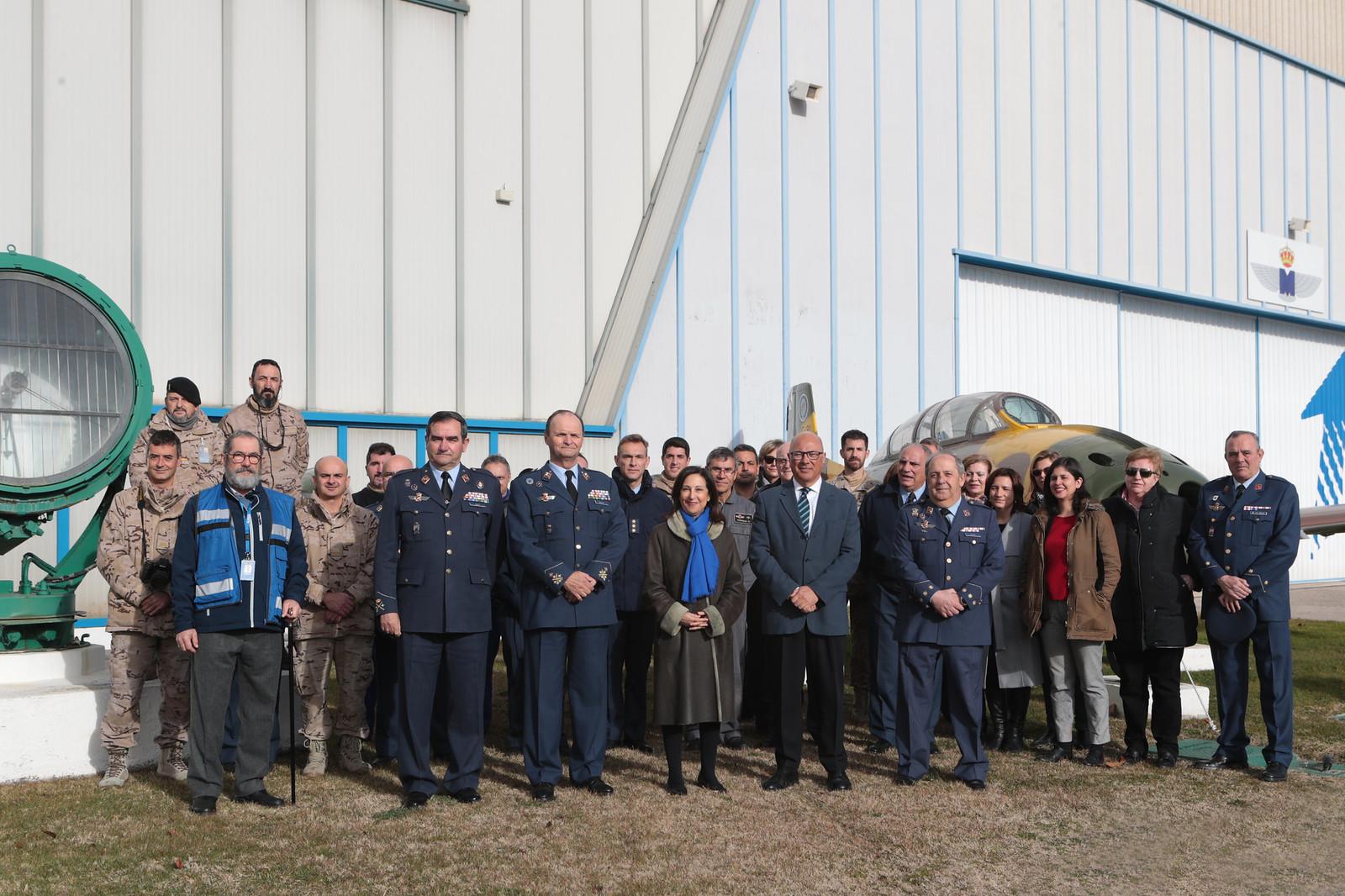 Foto de grupo con la ministra en el Museo del Aire