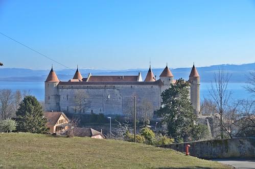 Schloss Grandson dahinter der Neuenburgersee