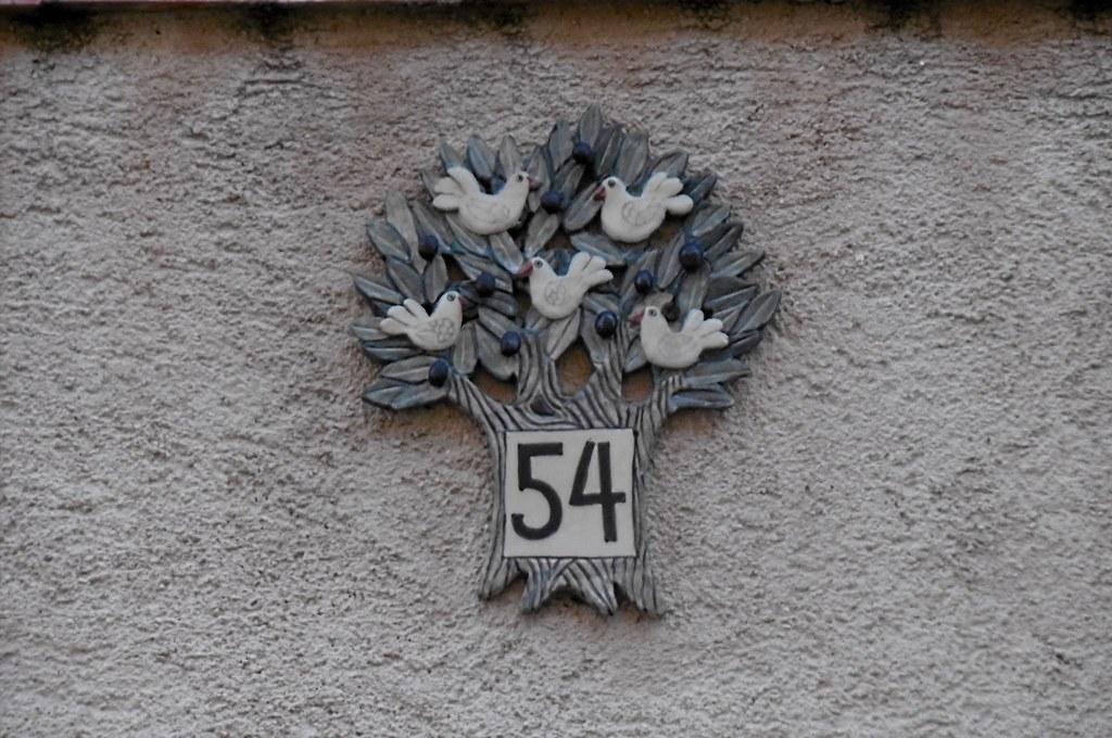 Délicieuse manière de marquer le numéro de la maison. Deliciosa manera de indicar el número de su casa