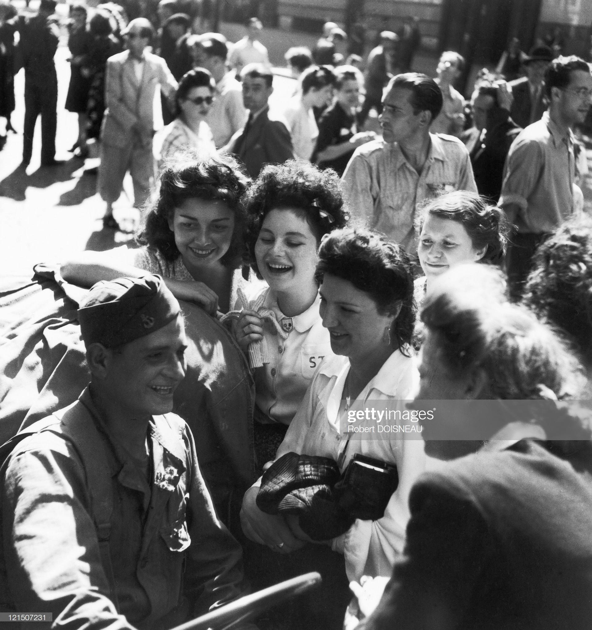 1944. Освобождение Парижа. Парижанки разговаривают с солдатом. 1 августа