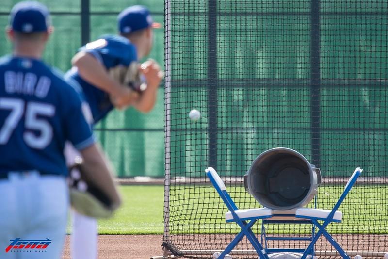 遊騎兵春訓的牽制傳準遊戲,幫助球員從遊戲的情境中訓練牽制傳球。(李秉昇/攝)