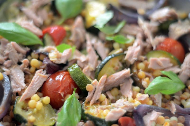 Fregola com legumes assados e atum