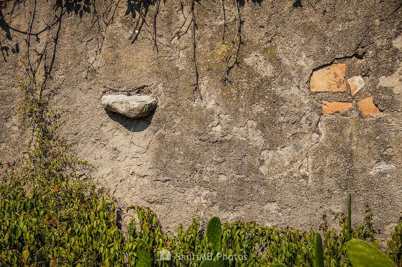 Curiosa piedra en una pared de La Torreta de La Ràpita