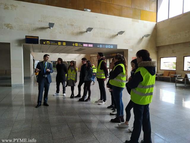 Los alumnos del Colegio Maestro Ávila visitan la terminal del aeropuerto de Salamanca.