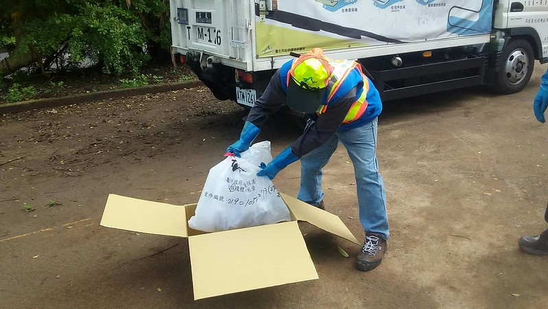 環保局針對流浪貓犬遺體,製作了專用禮箱,並設置遺體冰櫃。台北市環保局提供。