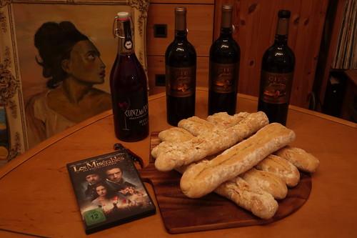 """Französischer Rotwein sowie Merlot-Traubensaft und frisch gebackene Baguettes zur Verfilmung des Musicals """"Les Misérables"""""""