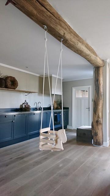 Schommelstoel peuter houten balk plafond