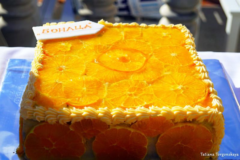 Торт, украшенный апельсинами