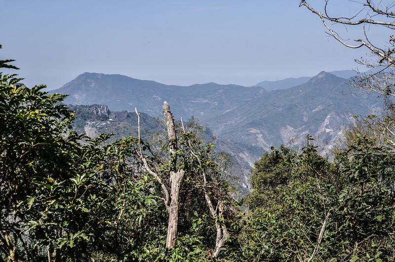 亞泥笛山西北稜登山口西北眺德文山、戶亞羅山