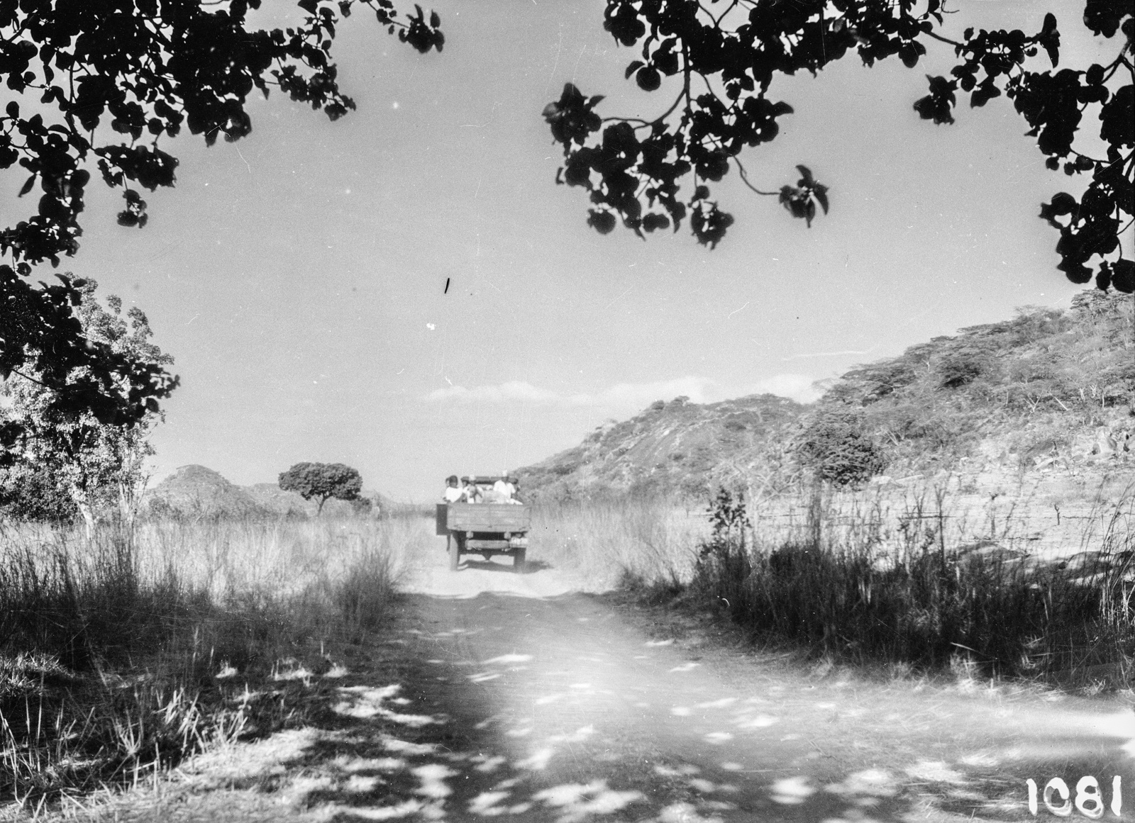 Мутоко. Грузовик на проселочной дороге  в окрестностях города