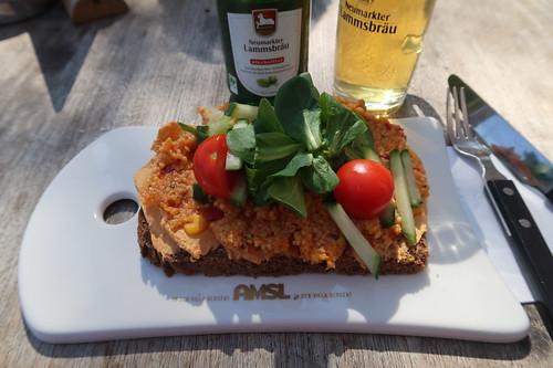 Dinkelbrot mit Tomaten-Mozzarella-Creme, Hummus-Couscous-Aufstrich sowie Salatgarnitur und dazu alkoholsfreies Neumarkter Lammsbräu