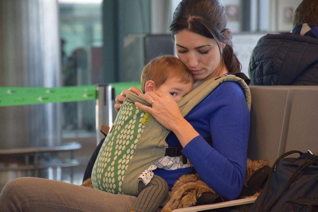 Con Eva en el aeropuerto preparadas para nuestro primer viaje a Nueva York