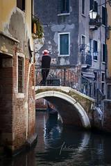 Gondolier sur Pont de Venise Italie
