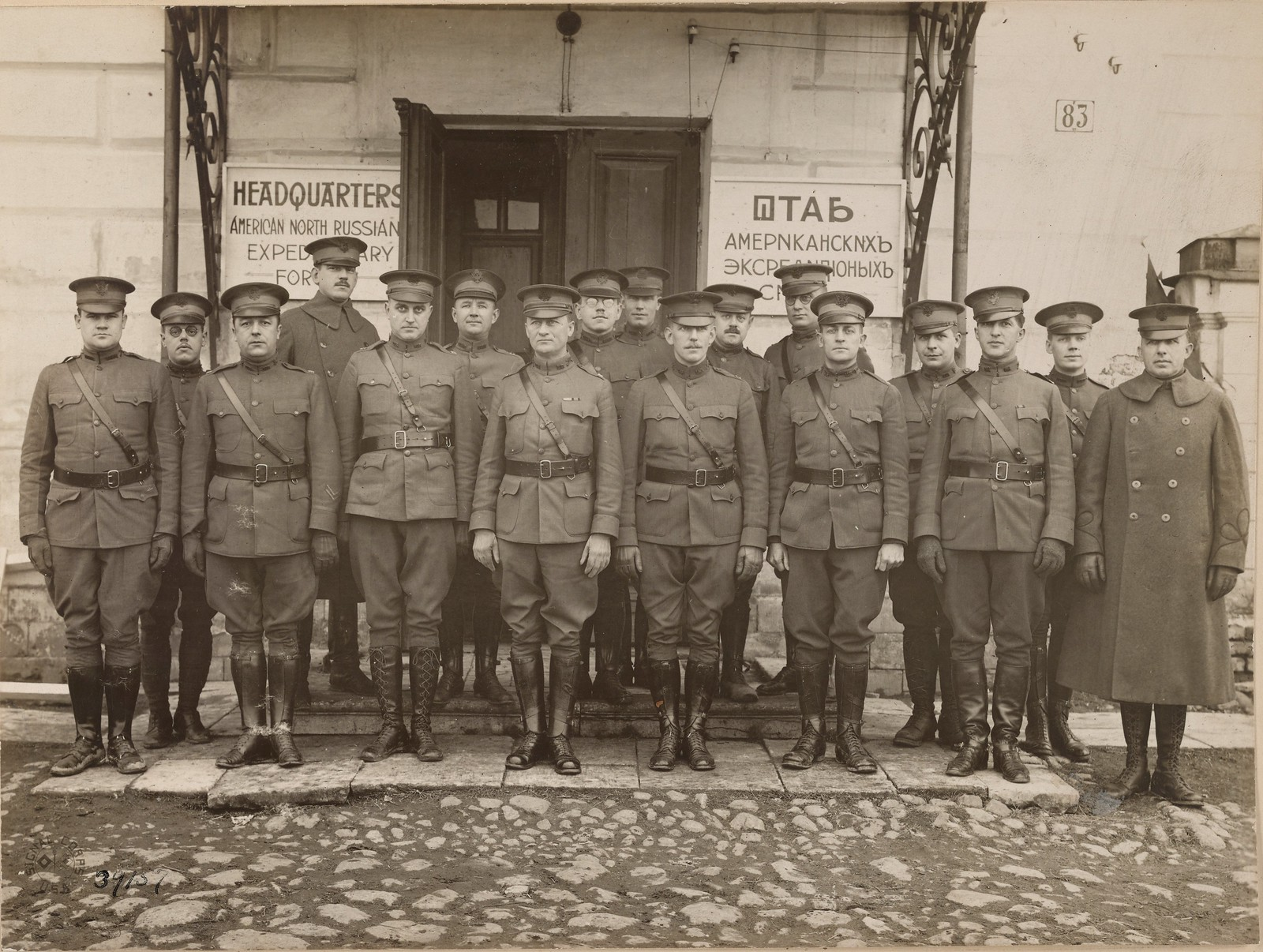 13. Бакарица. Офицеры 339 пехотного полка перед штабом американских экспедиционных сил