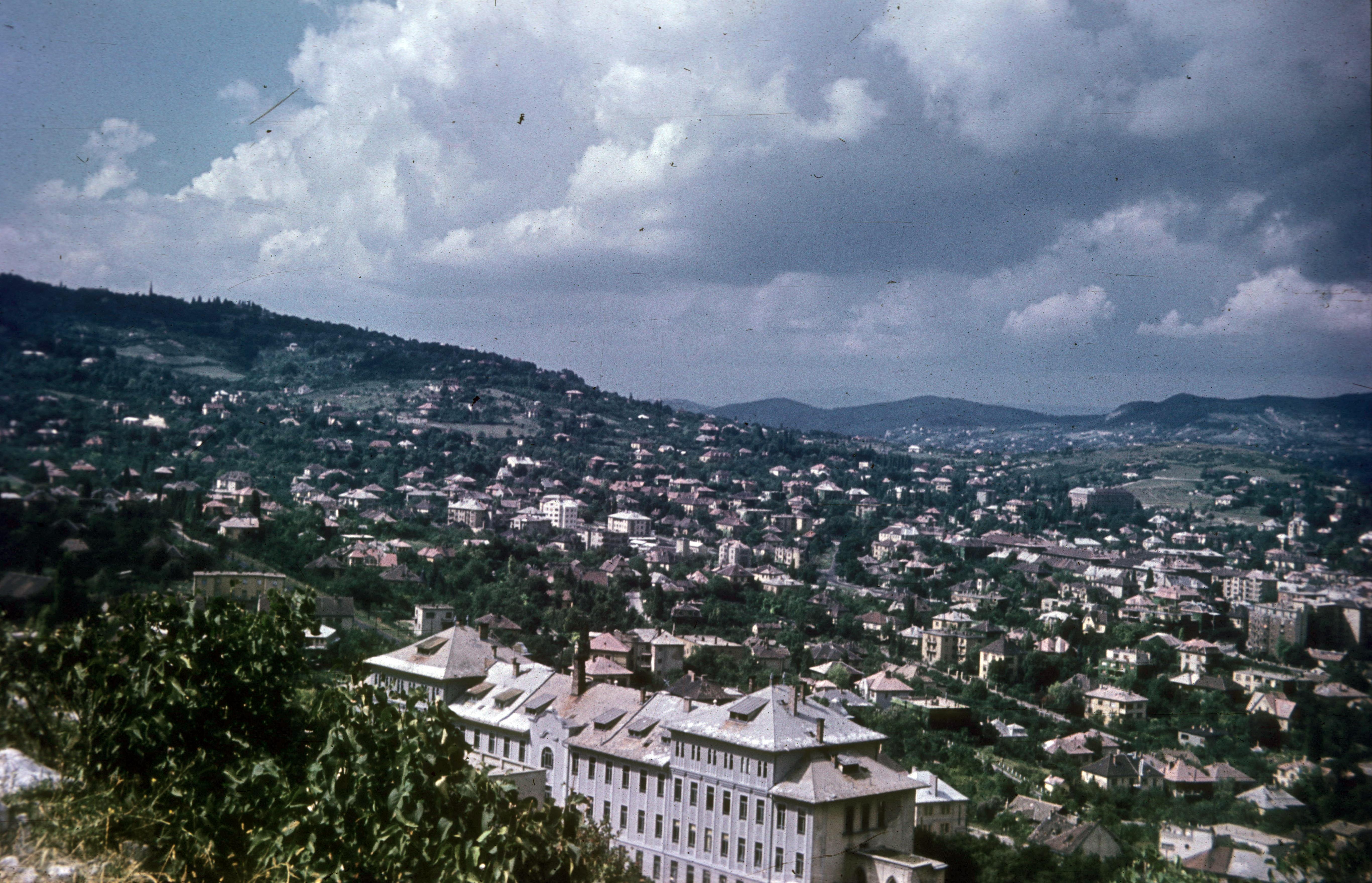 Вид на холмы Буды, на переднем плане на улице Мередек начальная и средняя школа им. Яноша Арани