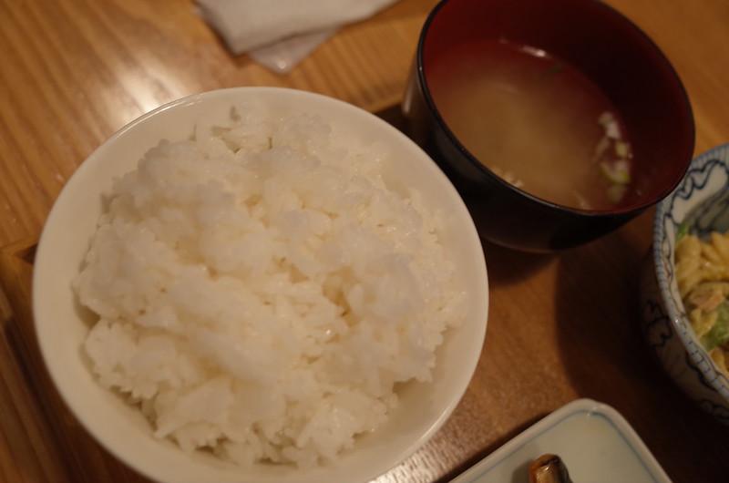 市ヶ谷ごはんなる川塩さば焼き定食のご飯と味噌汁