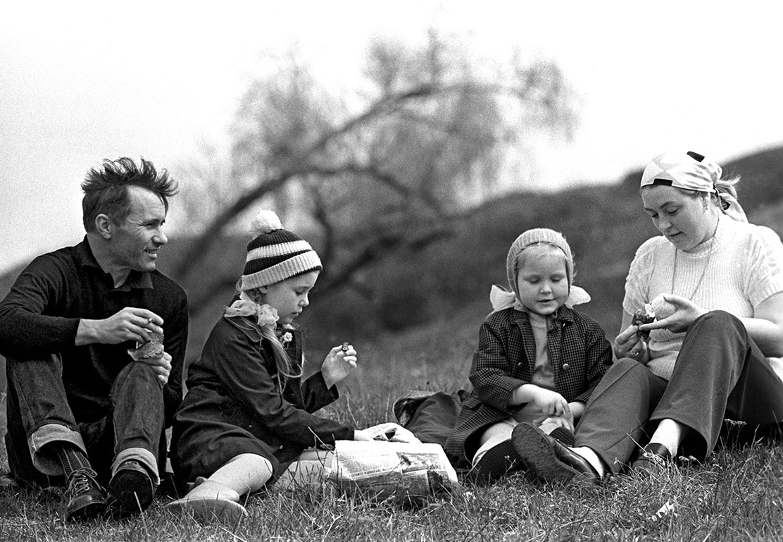 1974.  Василий Шукшин с женой Лидией Федосеевой и дочерьми Машей (слева) и Олей во время загородной прогулки. 21 сентября