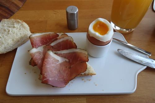 Schinkenspeck auf aufbackenem Baguette zum Frühstücksei