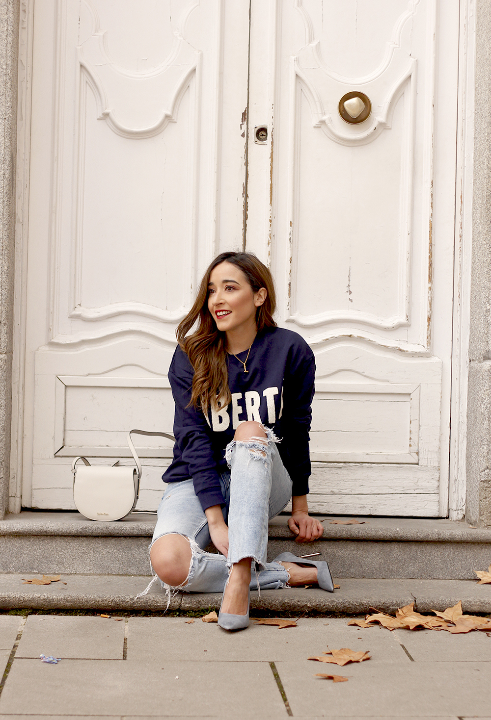 Sweatshirt ripped jeans clavin klein white bag high heels street style outfit 20197