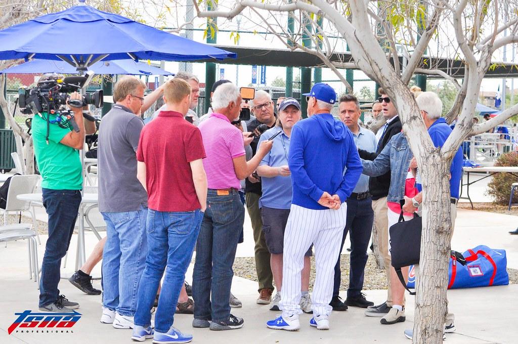 小熊春訓營地內,大批美國媒體訪問小熊總教練Joe Maddon。即便是沒什麼重要事情的一般春訓訓練日,美國棒球媒體仍以大陣仗伺候高知名度的小熊隊。(李秉昇攝)