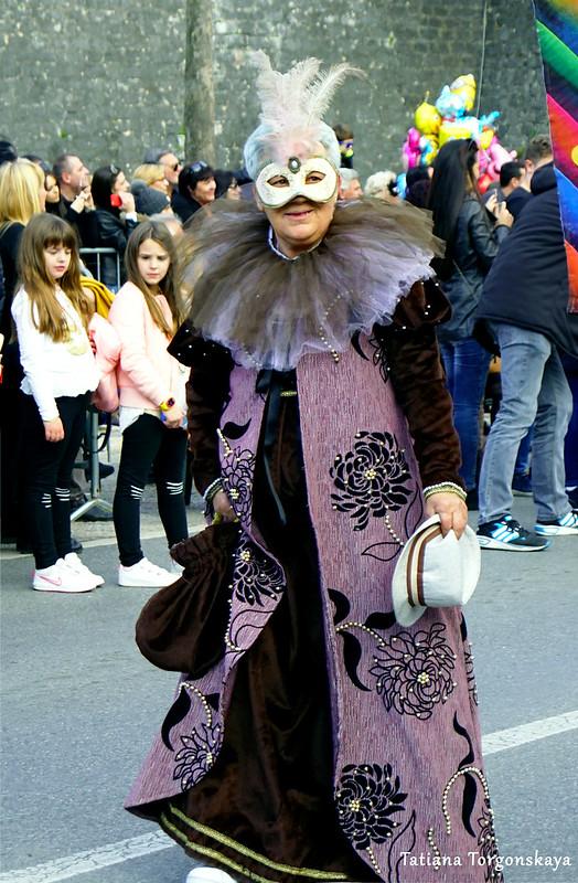 Женщина в карнавальном костюме и маске