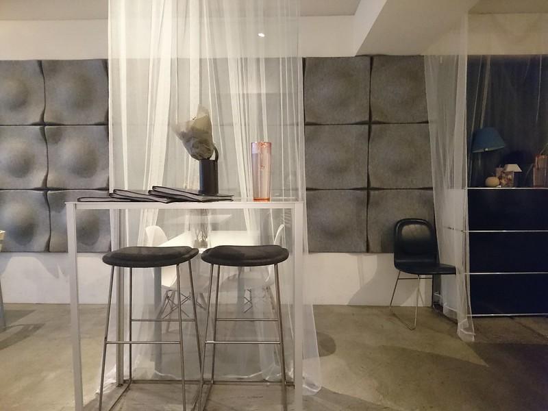 イタリアン「カフェモード」の店内の様子。白色を中心にした内装で、おしゃれです。