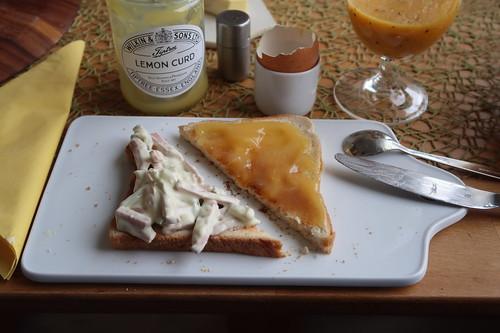 Fleischsalat und Lemon Curd auf Toastbrot