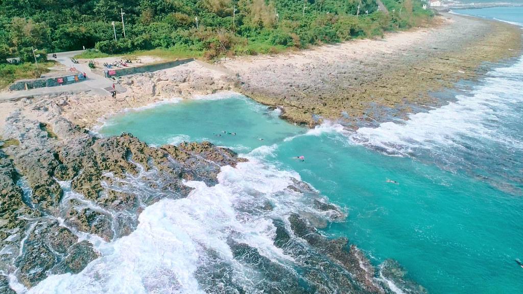 前往離島遊玩的旅客,除了觀光之外也可以參與科學研究。圖為小琉球海岸,公視「驚奇VR生態館」提供。