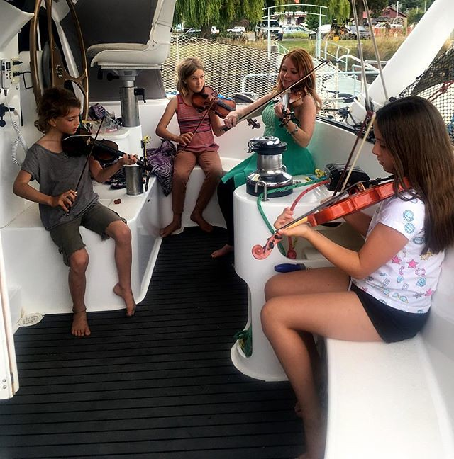 042/365 • yesterday's session 🎻❤️• . @coralandtealflowers . #franklin #river #huonriver #violin #huonvalley #sailing #boatlife #Summer2019 #gypsies #friends #bellalunaboat #australia #tasmania #abcmyphoto #tasmaniagram #discovertasmania #wild