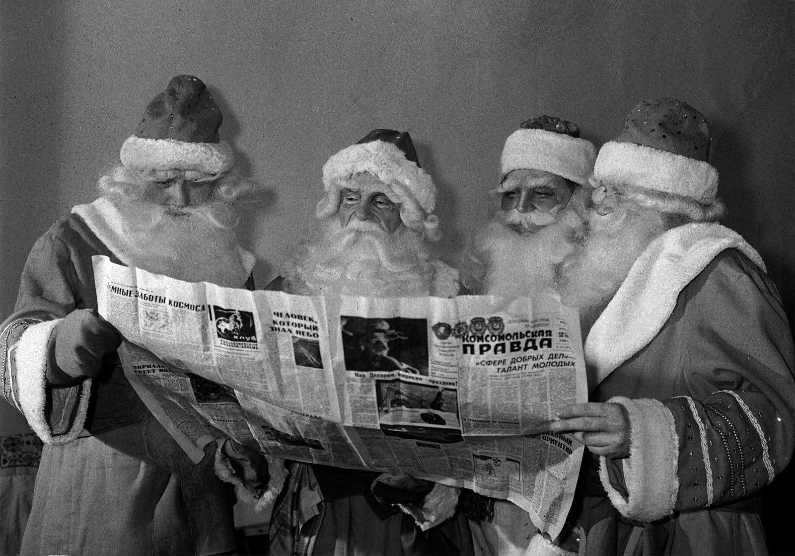 1967. Деды Морозы в перерыве между репетициями. Автор В. Будан. 23 декабря