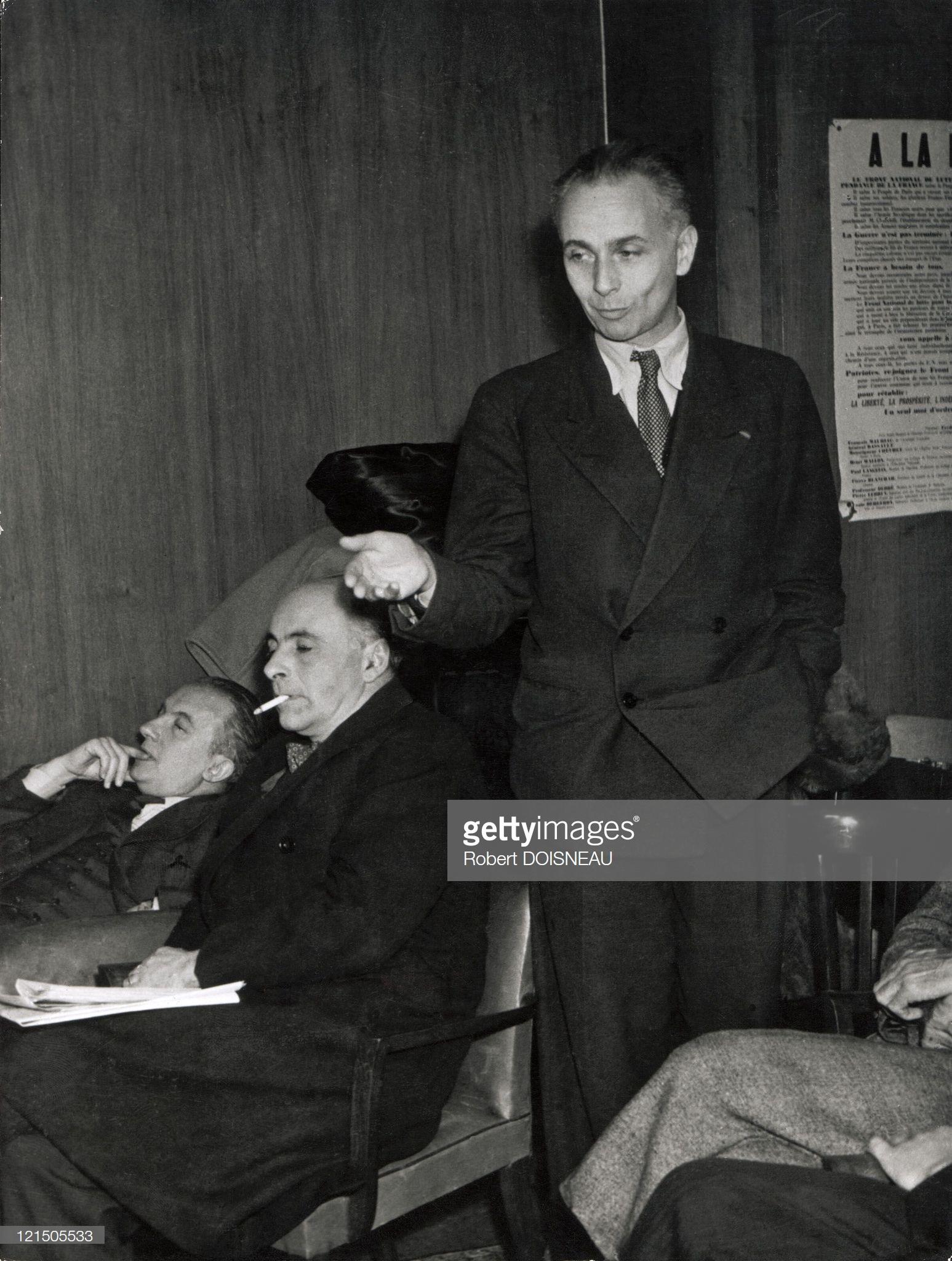 1946. Луи Арагон (стоит), Франсис Понж и Поль Элюар