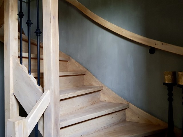 Houten trap landelijk kalkverf