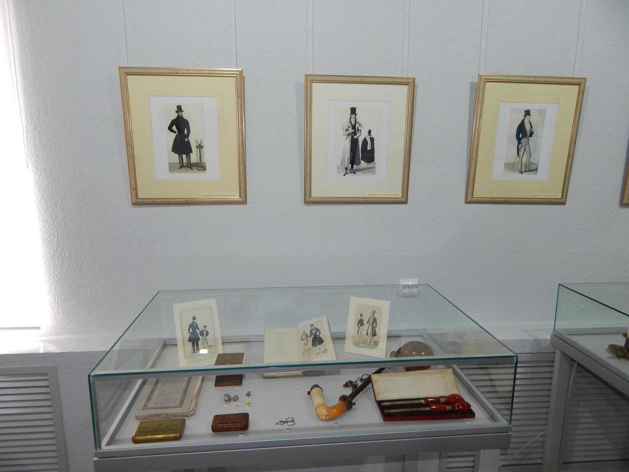 Фрагмент экспозиции «Мода, престол которой в Париже…» в Елабужском государственном историко-архитектурном и художественном музее-заповеднике