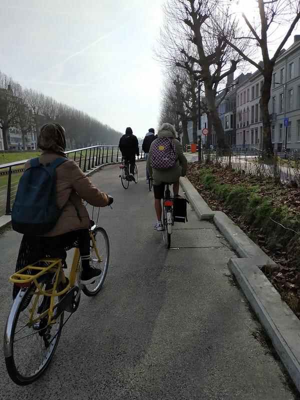 En bici de camino a clase