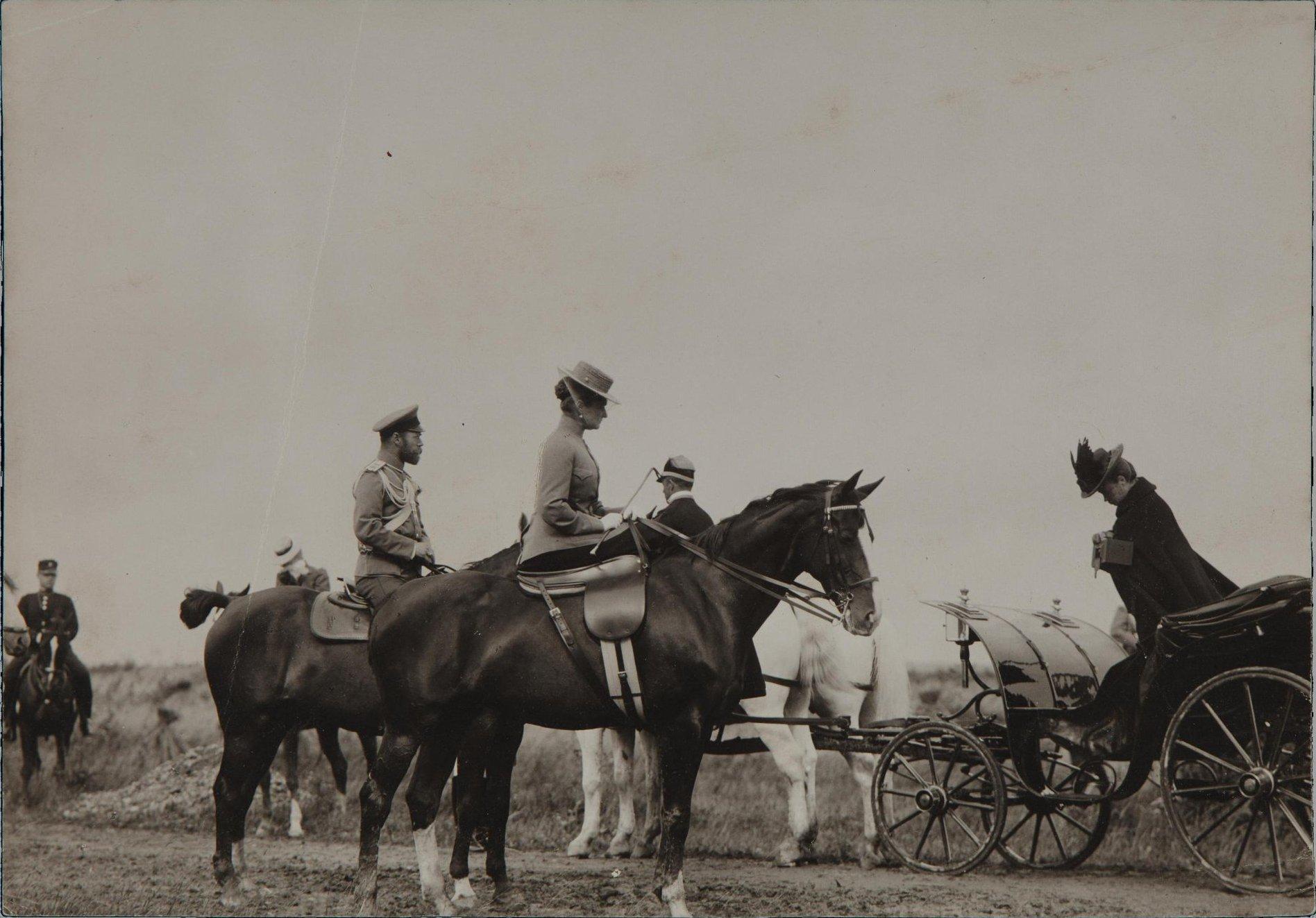 1907. Император Николай II, императрица Александра Фёдоровна и вдовствующая императрица Мария Фёдоровна на манёврах