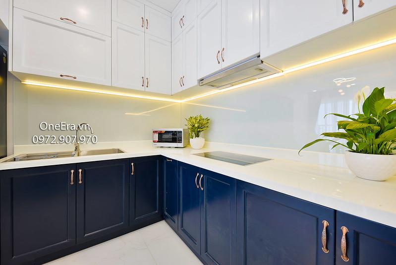tủ kệ bếp, lò vi sóng, cây xanh