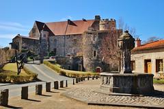 Le château et la fontaine - Photo of Corent