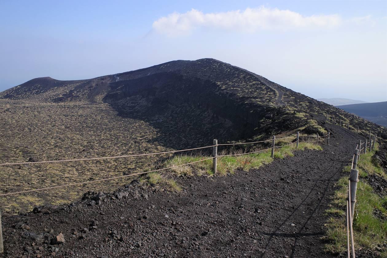 伊豆大島・三原山の火口壁