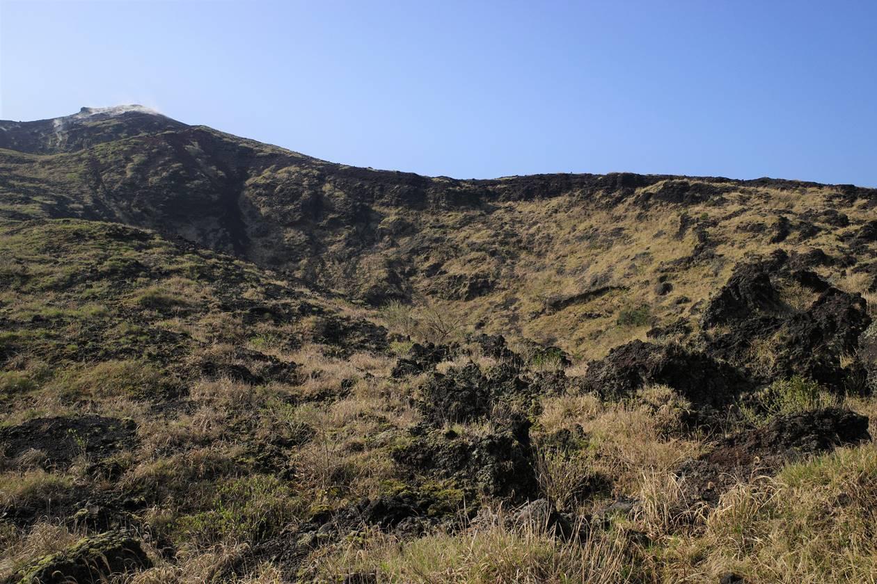 伊豆大島・三原山 登山道から見上げる火口壁と噴気
