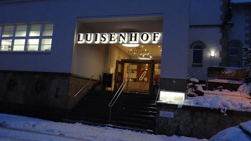 Der Winter in Dresden fühlt sich in Kuckucks Namen von der Hexe auf dem Fußweg auf der anderen Seite der Lichtung barbarisch in die Enge getrieben, aber Gretel sah das aus Kuchen hergestellte Haus 01871