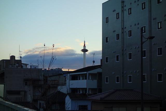 五条通歩道橋から京都タワー (2019/01)