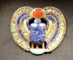 Pectoral incrusté d'or et de pierres avec scarabée en lapis-lazuli : nom royal de Toutânkhamon, 1336-1326 av. J.-C.