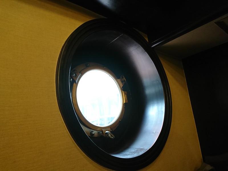 珈琲艇キャビン:大阪市西区南堀江。この窓枠が溜まりません。