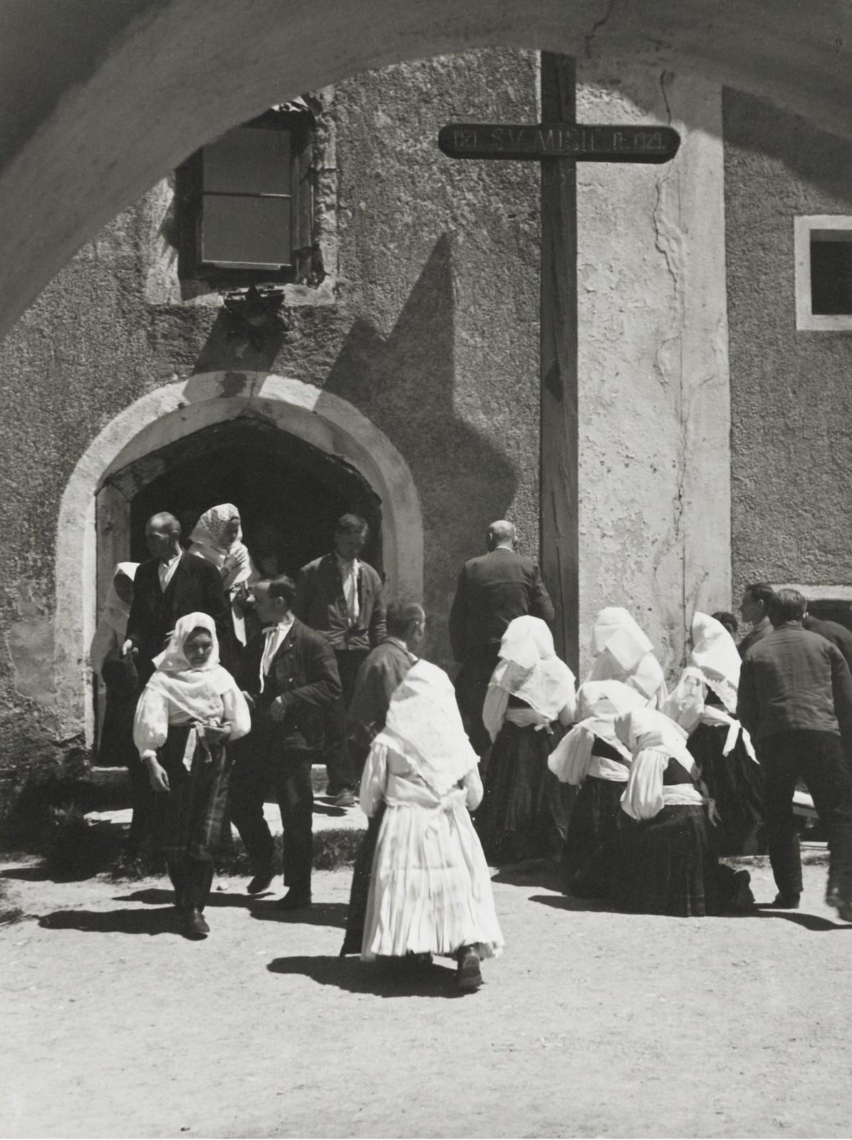 1942. Возле церкви